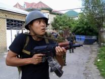 Regierungstruppen inspizieren die Unruhestadt Osh