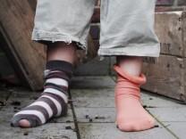 Zerlöcherte Socken, dpa