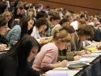 Bundestag entscheidet ueber BAfoeG-Erhoehung und Stipendienprogramm