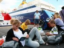 Streiks in Griechenland - Touristen warten auf Fähren