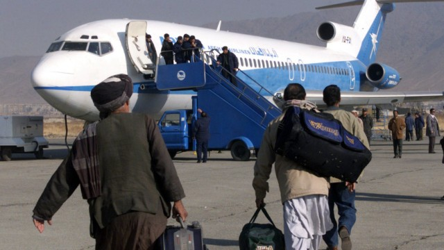 Afghanen besteigen die Ariana Airlines in Kabul