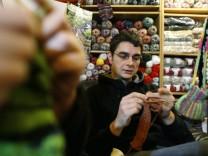 Handarbeitfans treffen sich in Leipziger Strickcafe