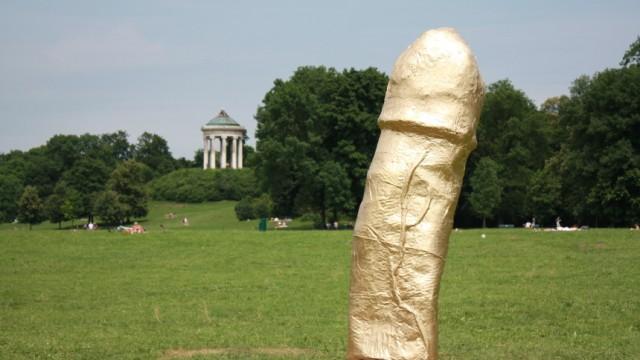Phallus Skulptur Im Englischen Garten Gold Unter Der Gürtellinie