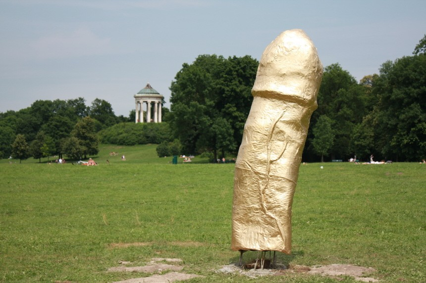 Englischer Garten Frankfurt phallus skulptur im englischen garten gold unter der gürtellinie