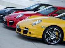 Porsche-Sportwagen in Deutschlandfarben