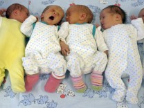 Drei neugeborene Zwillingspaare Baby Bevölkerungsentwicklung