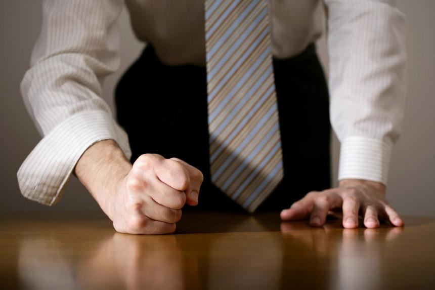 4ausraster In Der Arbeit Wenn Der Chef Auf Den Tisch Haut