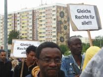 Demonstration vor dem 'Sonnenblumenhaus' in Rostock-Lichtenhagen