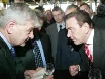 Gerhard Schröder und Joschka Fischer nach Unterzeichnung des Koalitionsvertrages, 2002