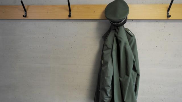 Polizeiuniform am Kleiderhaken
