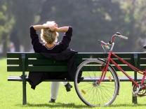 Frau auf einer Parkbank