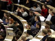 Studenten und Professoren erleben Merkwürdiges: O2 setzt aggressives Marketing an Universitäten ein, um die Zielgruppe zu erreichen.