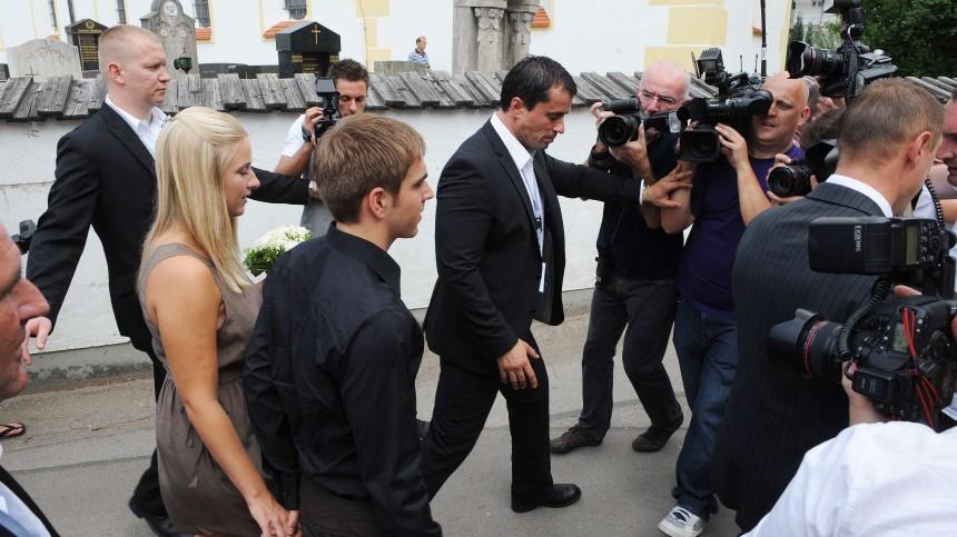 Hochzeit Von Philipp Lahm Das Paar Umringt Von Journalisten