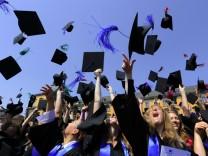 Studenten feiern Abschluss in Bonn