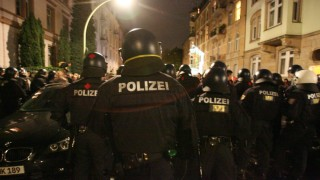 Ausschreitungen bei 'Nachttanzdemo' in Frankfurt