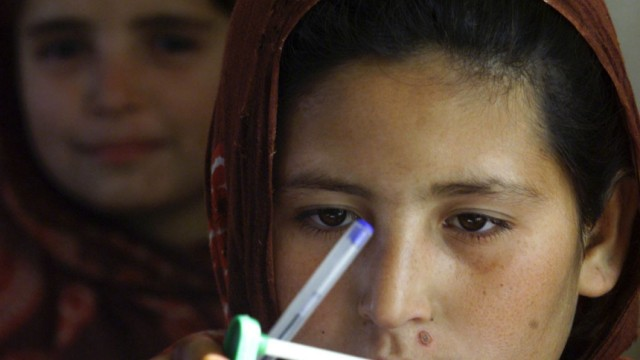 Afghanische Schuelerin mit einem Abakus
