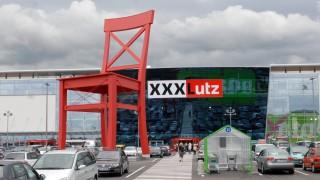 Xxxlutz In Anzing Der Rote Stuhl Ruckt Naher Ebersberg