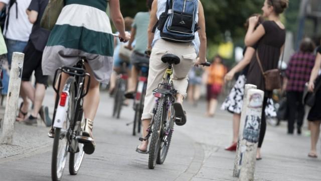 Themendienst Familie & Leben: Fussgaenger vs. Radfahrer