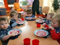 Betreuung von Kleinkindern in Kinderkrippe