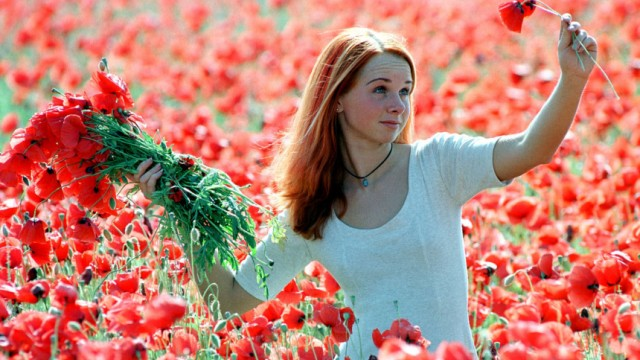 Junge Frau in Blumenfeld