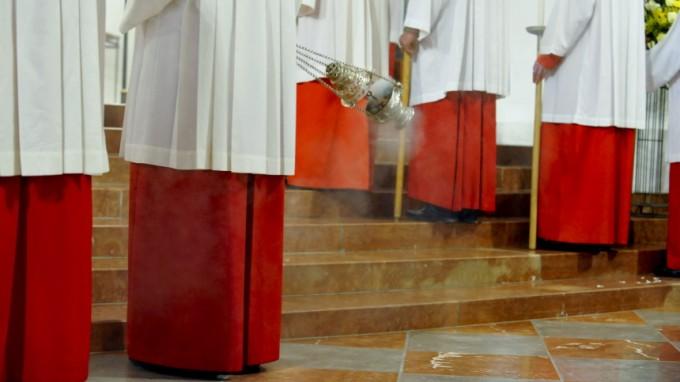 Priester mit Weihrauchkessel in der Münchner Frauenkirche (Archivbild). (Foto: Alessandra Schellnegger)