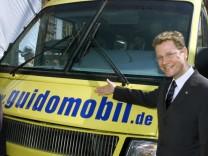 """Guido Westerwelle präsentiert das """"Guidomobil"""", 2002"""