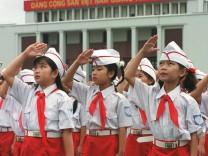 Salutierende Schulkinder in Hanoi