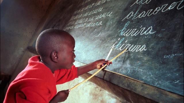 Kinderdienst: Junge Menschen helfen in armen Laendern