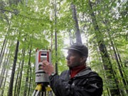 Nationalpark-Forscher mit einem High-Tech-Scanner, dpa