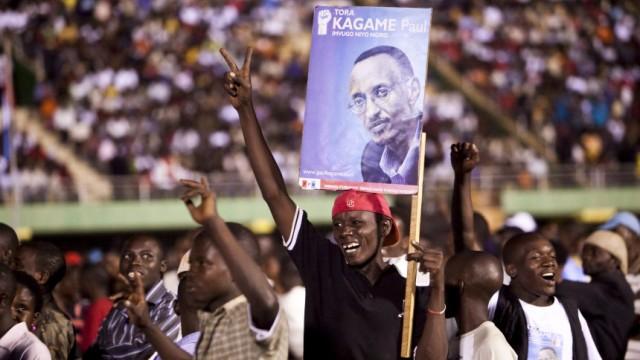 Präsidentenwahl in Ruanda - Feiernde Kagame-Anhänger