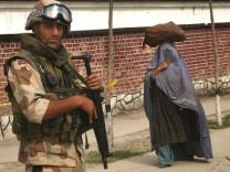 ISAF SOLDIER AFGHAN WOMAN