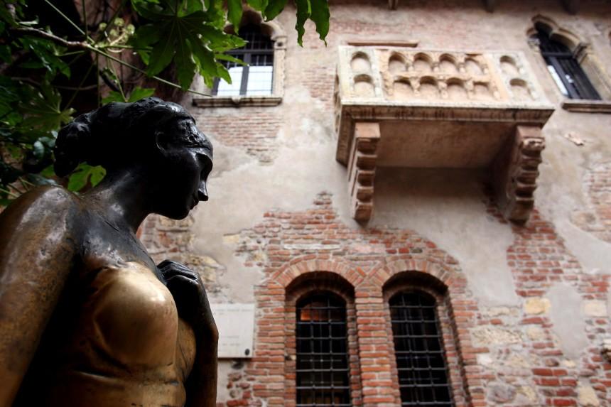 Liebesdienst In Verona Im Hof Steht Eine Julia Statue Europa