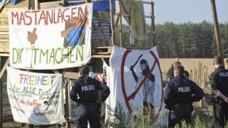 Polizei raeumt Protestcamp gegen Gefluegelschlachthof