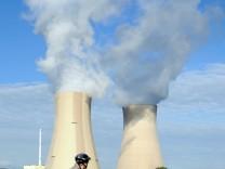 Fahrradfahrer vor Kernkraftwerk
