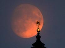 Mond über Dresdner Frauenkirche
