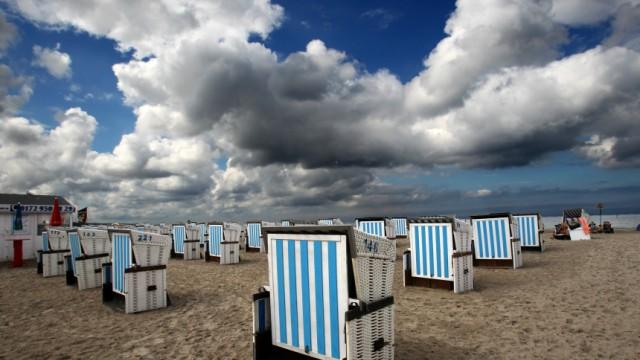 Dunkle Wolken an der Ostsee