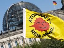 Atomkraftgegner demonstrieren vor dem Kanzleramt