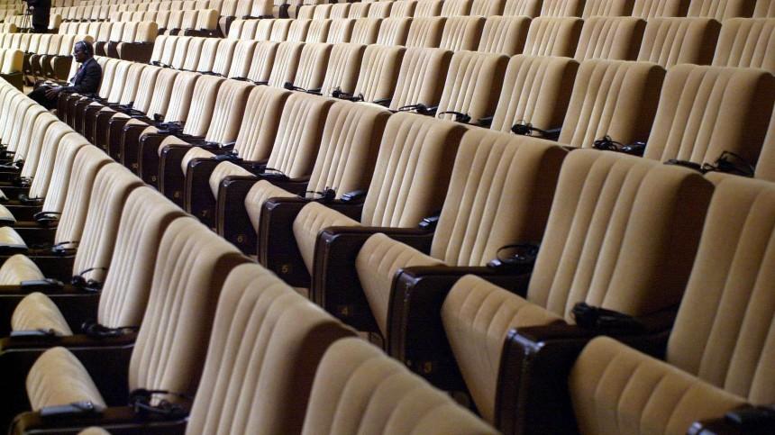 Einsamer Abgeordneter in einem leeren Plenarsaal