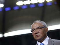 Schalke 04's coach Magath watches warm-up before German Bundesliga soccer match against Hamburg SV in Hamburg