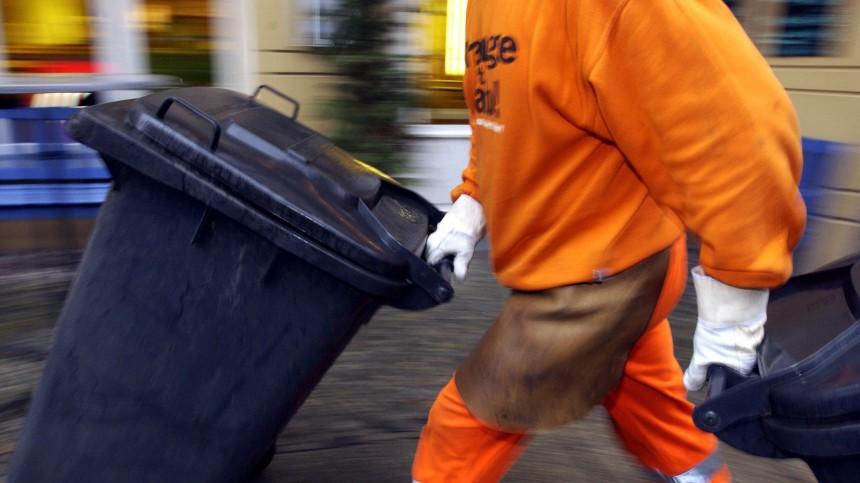 Müllmann bei seiner Arbeit in Berlin