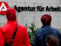 Zeitung: Regierung erwartet weniger als drei Millionen Arbeitslos