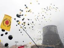 Atomkraftgegner vor Atomkraftwerk Lingen