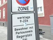 Straßenschild aus dem Parklizenzgebiet Regerplatz in München.