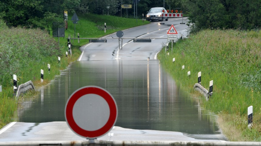 Überschwemmte Straße bei Murnau