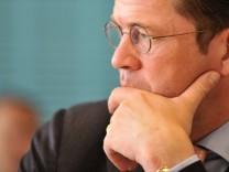 Guttenberg bei politischer Sitzung des Verteidigungsausschusses