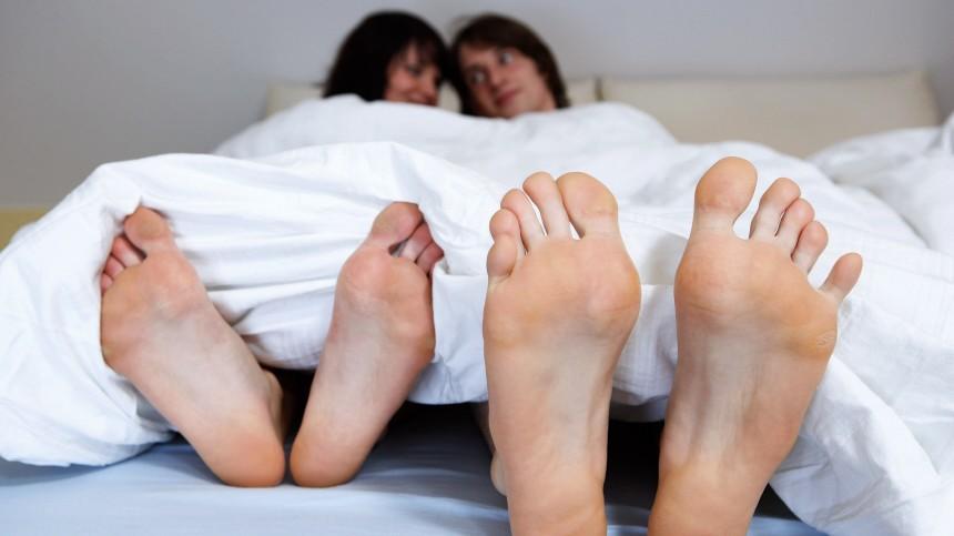 Junges Paar im Bett