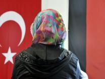 Moschee-Besucherin mit Kopftuch Islam