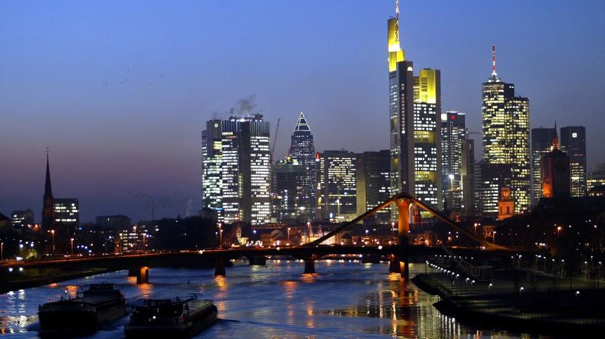 Frankfurter Skyline in der Abenddaemmerung