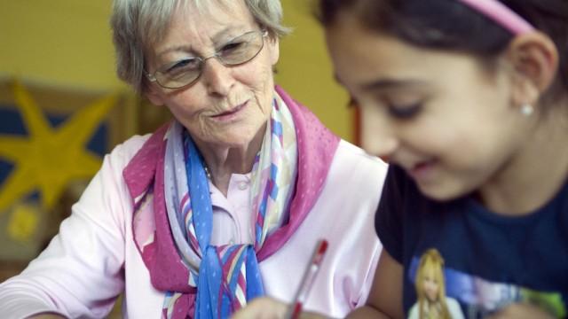 Nachhilfe für Schüler - Gehirnjogging für Senioren