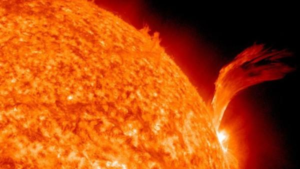 Starke Plasma-Eruption auf der Sonne